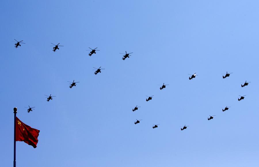 Κινέζικα στρατιωτικά αεροπλάνα σχηματίζουν τον επετειακό αριθμό ''70''