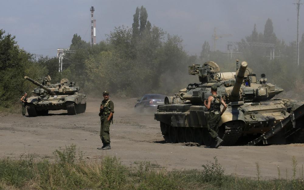Ρωσικά άρματα μάχης Τ-90 προωθούνται από τη βάση τους στη Λαττάκια.