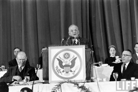 Το 1954 οι ΗΠΑ διατυπώνουν το δόγμα των μαζικών αντιποίνων ως μέσο αποτροπής μιας Σοβιετικής επίθεσης.