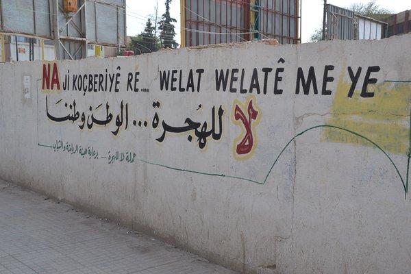 Δύο γκράφιτι στο Καμίσλι σε Κουρδικά και Αραβικά: «Όχι στην προσφυγιά... αυτή εδώ είναι η πατρίδα μας» και «Η ελευθερία δεν ανήκει σε αυτούς που γονατίζουν, αλλά σε αυτούς που την κατακτούν»