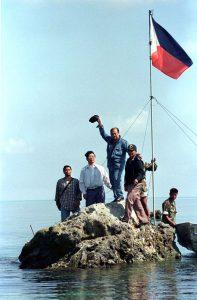 Φιλιππινέζοι αναρτούν τη σημαία τους επί της ξέρας Scarborough.