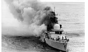 Το HMS Sheffield φλέγεται αφού προσβλήθηκε από πύραυλο Exocet στη διάρκεια των επιχειρήσεων στα Φώκλαντ.
