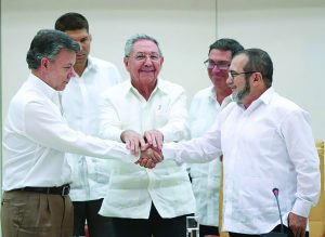 131-lc-peace-deal-with-farc-santos-timochenko-handshake1