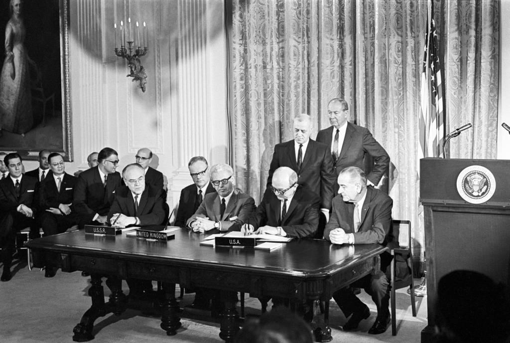 Η υπογραφή της συνθήκης στις 27 Ιανουαρίου του 1967.